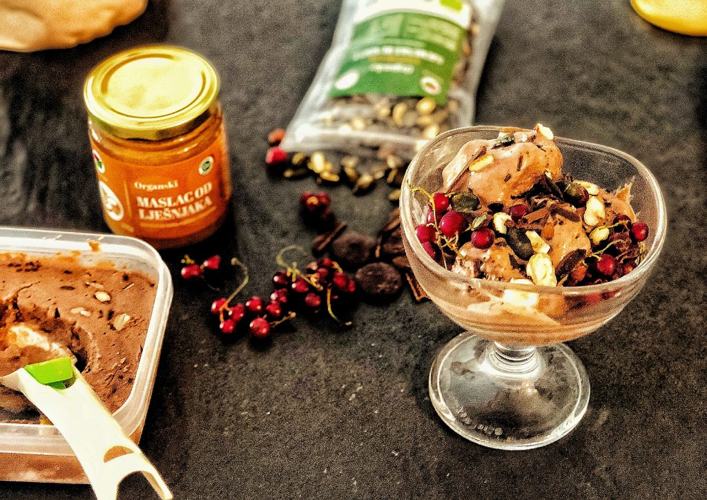 Čokoladni zdravi sladoled s maslacem lješnjaka